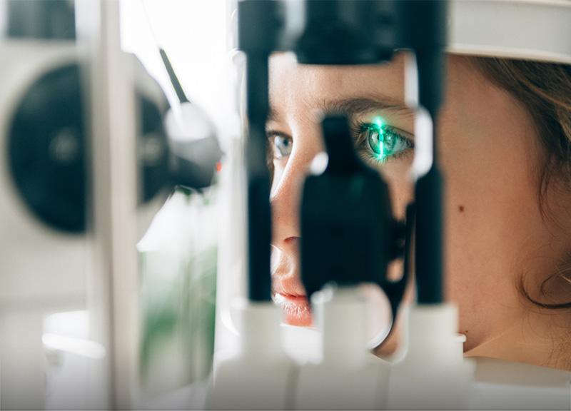 Osoba podczas badania wzroku